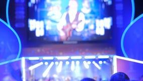 供以人员集会和拍手在夜摇滚乐音乐会的剪影 股票视频