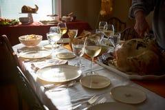 供以人员雕刻火鸡在感恩桌上 免版税库存照片