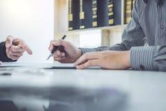 供以人员顾客签署的汽车文件合同约定,成功 库存图片