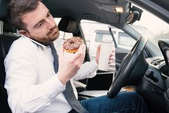 供以人员食用早餐和驾驶供以座位的在汽车 库存照片