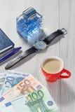 供以人员香水,有黑皮带的,笔记本,杯子手表co 免版税库存图片