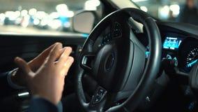 供以人员驾驶在创新自动化的汽车使用停放的停车处自动驾驶仪在街道上 影视素材