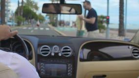 供以人员驾驶豪华汽车,停止在红绿灯,在路章程之后 影视素材