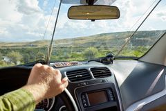 供以人员驾驶车在一次钓鱼的路 库存图片
