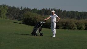 供以人员高尔夫球运动员运载的袋子和走在高尔夫球场其次钻孔 股票视频
