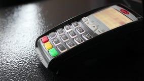 供以人员` s手重击在pos终端的信用卡支付 特写镜头 股票录像