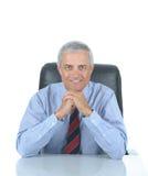 供以座位的变老的生意人服务台中间&# 免版税库存图片