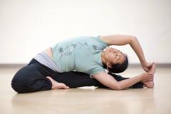供以座位的转弯瑜伽 免版税图库摄影