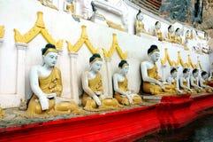 供以座位的buddhas 免版税库存图片