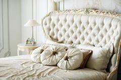 供卧室片段闪亮指示豪华nightstand枕头墙壁白色住宿 免版税图库摄影