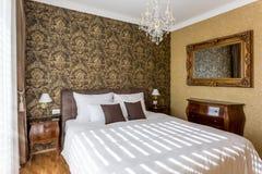 供卧室片段闪亮指示豪华nightstand枕头墙壁白色住宿 图库摄影