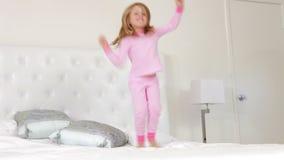 供女孩跳的年轻人住宿 影视素材