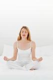 供她的运作女子瑜伽住宿 库存图片