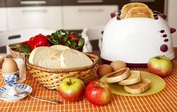 供应的早餐敬酒了面包和鸡蛋用果子 免版税库存图片