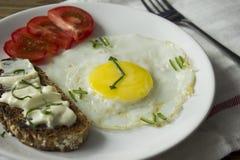 供应的早餐用一个煎蛋以时钟的形式 库存照片