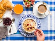 供应的早餐用谷物,无花果,新月形面包 免版税库存照片