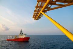供应运输所有货物或篮子的小船操作对近海处 支持调动所有货物到近海油和煤气产业 库存照片