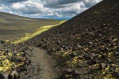 供徒步旅行的小道上升到北部突破巨大扎尔巴奇克火山裂痕爆发1975年 库存照片