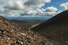 供徒步旅行的小道上升到北部突破巨大扎尔巴奇克火山裂痕爆发1975年 免版税库存图片