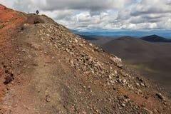 供徒步旅行的小道上升到北部突破巨大扎尔巴奇克火山裂痕爆发1975年 图库摄影
