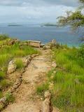 供徒步旅行的小道和一条长凳在观点在卡娜娃海岛上Fl的 免版税图库摄影