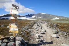供徒步旅行的小道和签到挪威山 免版税库存照片