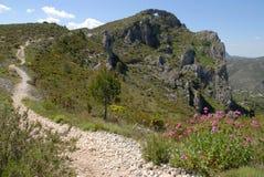 供徒步旅行的小道和风景,小游艇船坞亚尔他,科斯塔布朗卡,西班牙 免版税库存照片