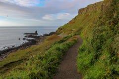 供徒步旅行的小道在海洋的爱尔兰 免版税库存照片