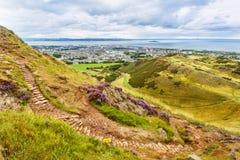 供徒步旅行的小道在爱丁堡,苏格兰 库存照片