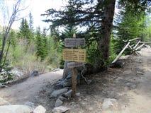 供徒步旅行的小道方向标 库存照片