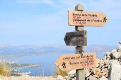 供徒步旅行的小道标志和Pollensa在马略卡的Alcudia附近咆哮 库存图片