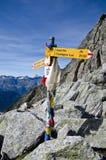 供徒步旅行的小道签到浏览de Mont Blanc 免版税库存照片