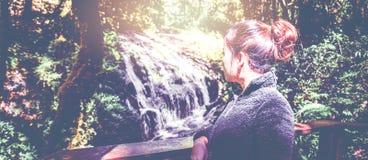供徒步旅行的小道自然森林瀑布 游人亚洲妇女sta 免版税图库摄影