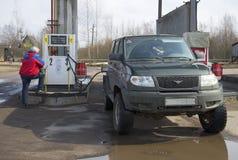 供气填装的公司的UAZ爱国者Mitecs 冬天 库存图片
