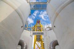 供气处理失水单位与加压船,气体和原油植物 免版税库存照片