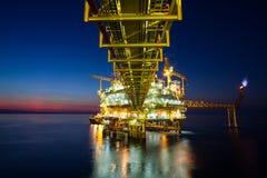 供气平台或船具平台在日落或日出时间 免版税库存照片