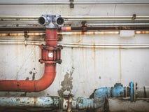 供水点在一个混凝土墙被安装 免版税库存图片