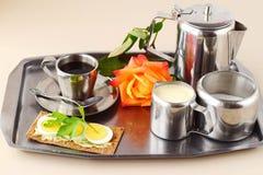 供浪漫的早餐住宿 咖啡具,上升了,酥脆用在一个银色盘子的鸡蛋 健康的概念 爱 言情 免版税图库摄影