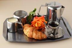 供浪漫的早餐住宿 咖啡具,上升了,酥脆用在一个银色盘子的鸡蛋 健康的概念 爱 言情 库存图片