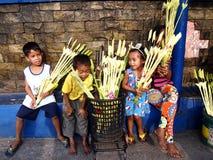 供营商准备棕榈叶被卖对教会赞助人为准备棕枝全日 库存图片