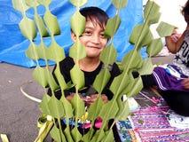 供营商准备棕榈叶被卖对教会赞助人为准备棕枝全日 免版税库存照片