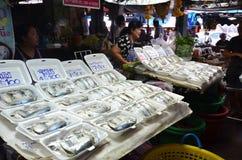 供营商出售包裹了在泡沫的蒸的鲭鱼 库存照片