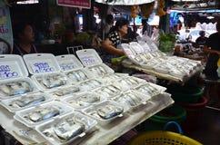 供营商出售包裹了在泡沫的蒸的鲭鱼 免版税库存照片