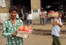 供营商出售在街道的石榴果子 库存照片