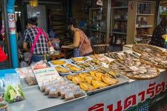 供营商卖一些食物在唐Wai浮动市场上 免版税库存照片
