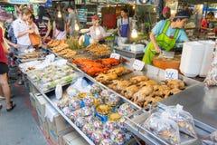 供营商卖一些食物在唐Wai浮动市场上 免版税图库摄影