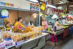 供营商卖一些食物在唐Wai浮动市场上 库存照片