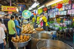 供营商卖一些食物在唐Wai浮动市场上 免版税库存图片