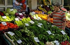 供营商卖菜在市场上 免版税库存图片