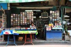 供营商在唐人街,曼谷卖CD和电影在街道上 库存图片